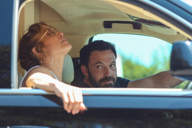 Jennifer Lopez cực ngầu lúc tắc đường, Ben Affleck không thể rời mắt - 1