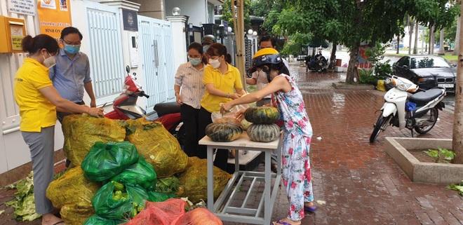 Dân Sài Gòn xếp hàng cả tiếng đồng hồ mới vào được siêu thị - 2