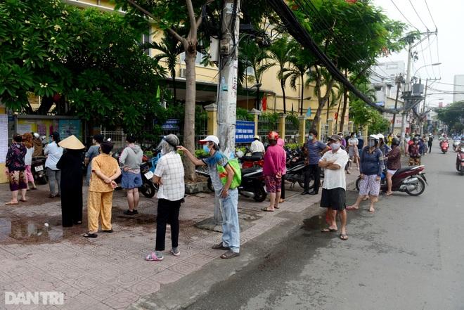 Dân Sài Gòn xếp hàng cả tiếng đồng hồ mới vào được siêu thị - 1