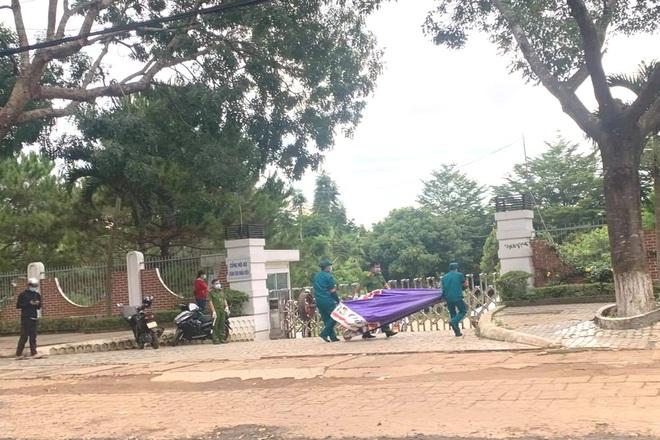 Phong tỏa cả thị trấn vì cán bộ coi thi nhiễm SARS-CoV-2 - 1
