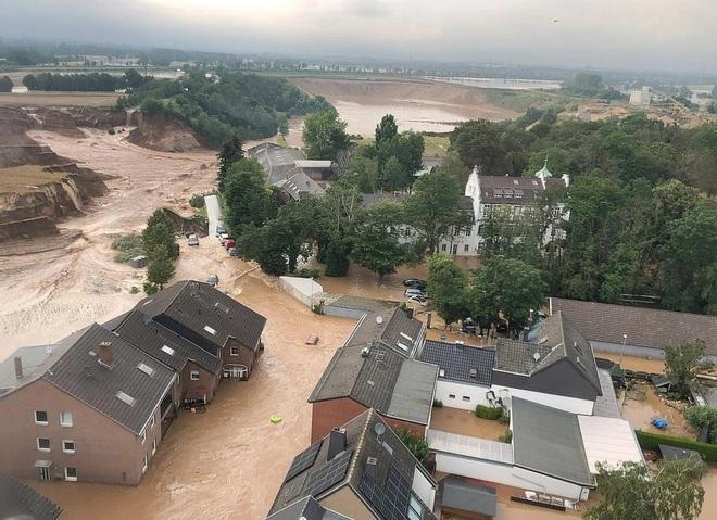 Hơn 120 người chết do mưa lũ như sóng thần ở châu Âu - 4