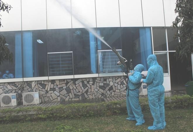 Phong tỏa cả thị trấn vì cán bộ coi thi nhiễm SARS-CoV-2 - 2