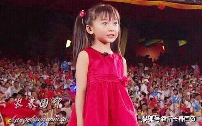 Ai bảo bé gái Olympic lớn lên bị phá nét là... rất nhầm - 1