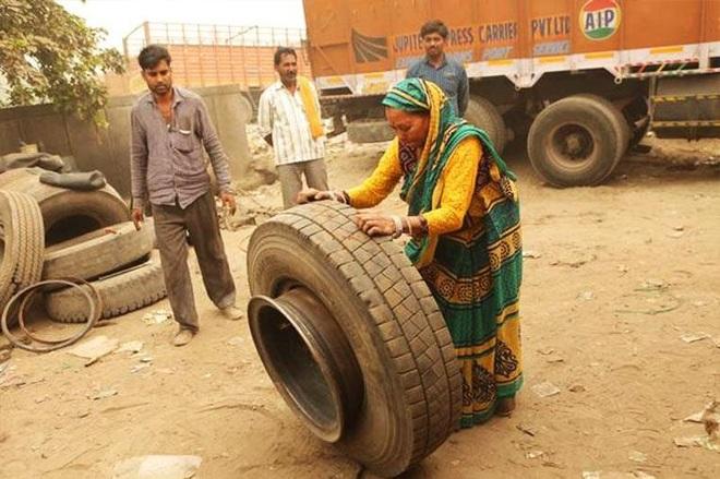 Chuyện người phụ nữ hơn 30 năm sửa xe tải khiến nam giới khâm phục - 2