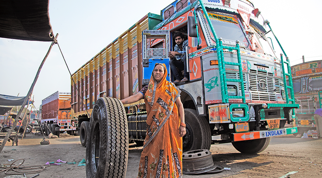 Chuyện người phụ nữ hơn 30 năm sửa xe tải khiến nam giới khâm phục - 3