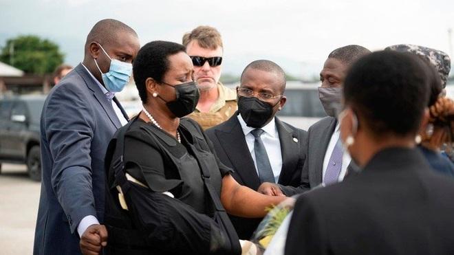 Đệ nhất phu nhân Haiti mặc áo chống đạn về nước đưa tang chồng - 1