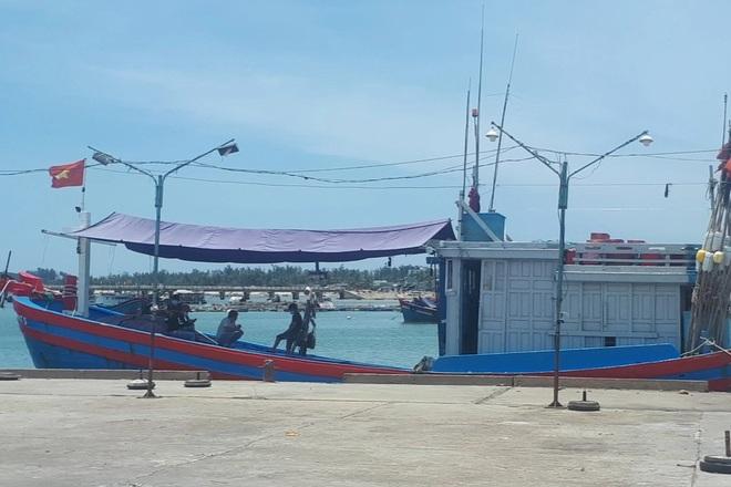 Quảng Ngãi: 12 ngư dân trên tàu cá vừa cập bến đều dương tính SARS-CoV-2 - 1