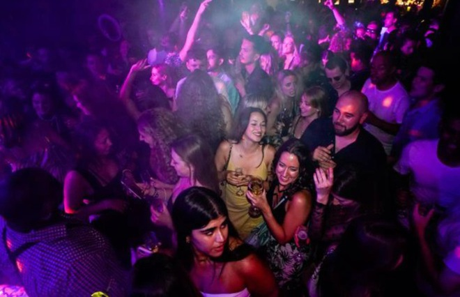 Người Anh chen chúc trong các quán bar sau quyết định thả cửa - 2