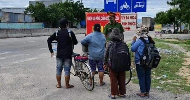 Mất việc vì Covid-19, bốn mẹ con đi xe đạp vượt 1.300km về quê - 1