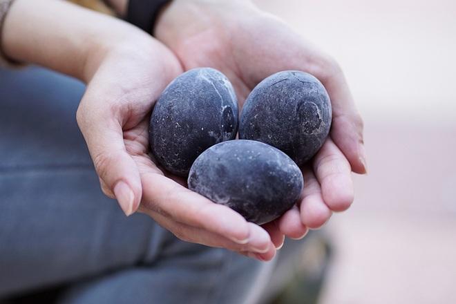 Đặc sản trứng đen sì chín không cần lửa, được xem là bí quyết trường thọ - 5