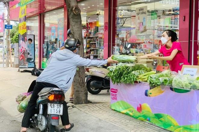 TPHCM: Rau củ giá bình ổn 20.000 đồng/kg, trứng 25.000 đồng/vỉ xuống phố - 4