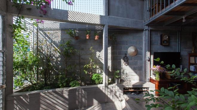 Nhà chia đôi độc đáo ở Sài Gòn - 1