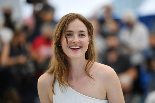 Chuyện một đêm thành sao của nữ diễn viên xuất sắc tại LHP Cannes 2021 - 1