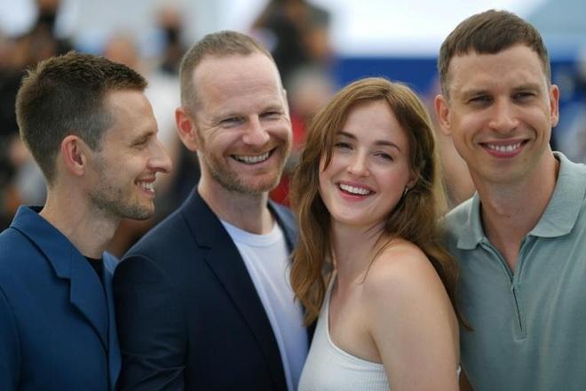 Chuyện một đêm thành sao của nữ diễn viên xuất sắc tại LHP Cannes 2021 - 6