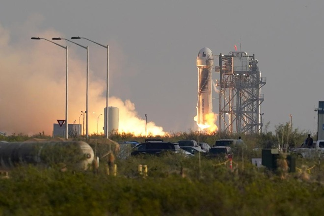Jeff Bezos hạ cánh thành công sau chuyến bay tới rìa không gian - 1