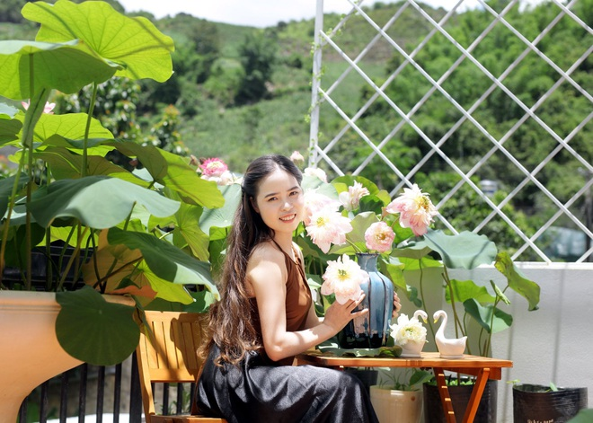 Cô giáo Sơn La làm đầm sen trên cao hơn 30 giống, rực rỡ quanh năm - 1