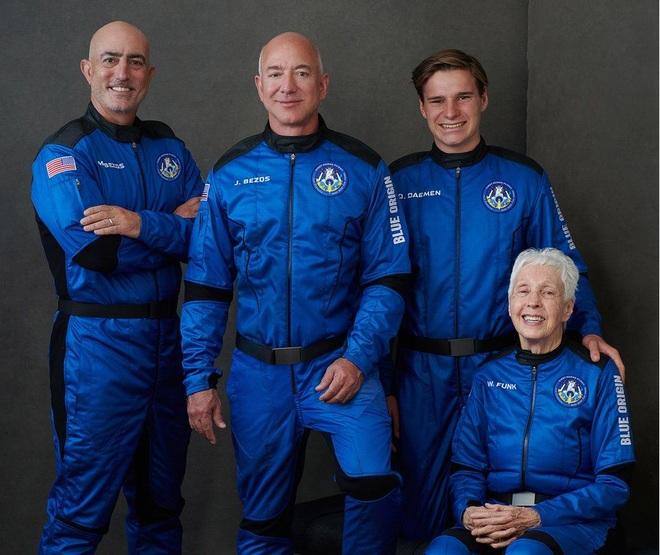 Jeff Bezos hạ cánh thành công sau chuyến bay tới rìa không gian - 3