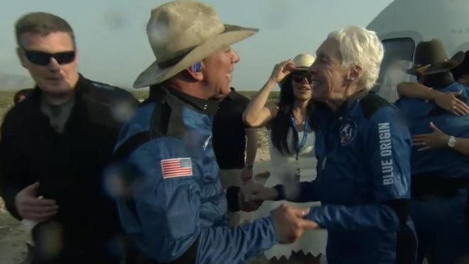 Jeff Bezos hạ cánh thành công sau chuyến bay tới rìa không gian - 2