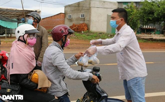 Người dân Đắk Nông nấu nồi bắp 0 đồng phục vụ bà con đi đường về quê - 2