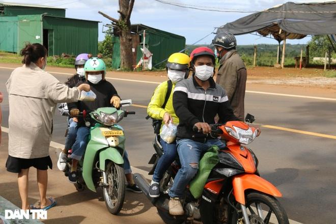 Người dân Đắk Nông nấu nồi bắp 0 đồng phục vụ bà con đi đường về quê - 7