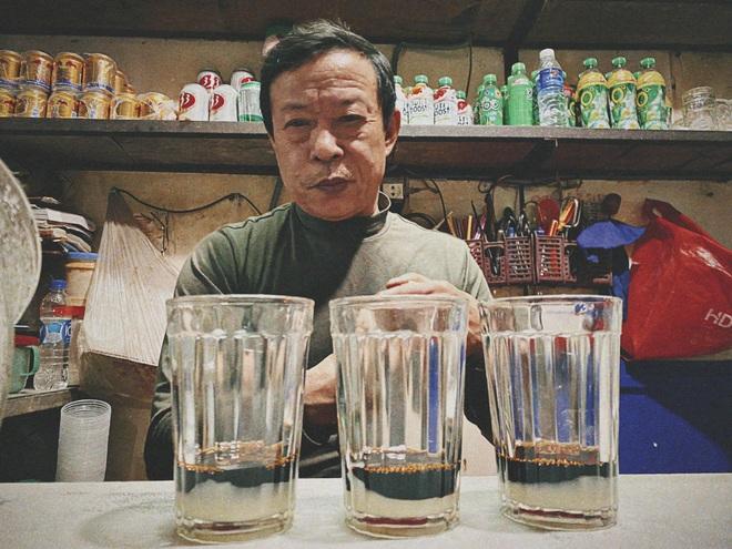 Món cà phê bọt độc lạ, dốc ngược cũng không đổ nổi tiếng ở chợ Vinh - 3