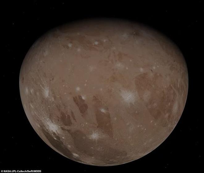 Hình ảnh tuyệt đẹp về mặt trăng lớn nhất Hệ Mặt trời - 1
