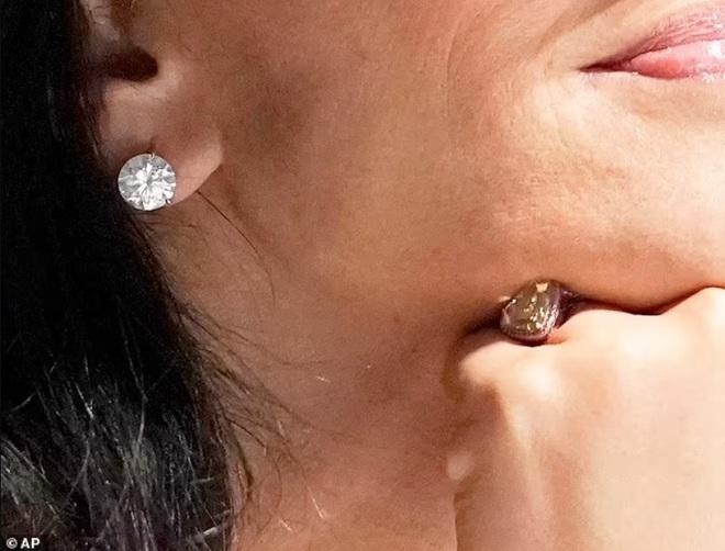 Bạn gái tỷ phú giàu nhất thế giới đeo nhẫn trên ngón đặc biệt: Ẩn ý gì đây? - 2