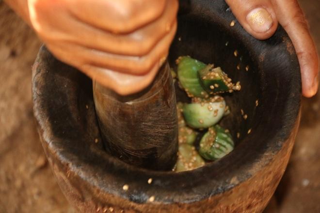 Ông Y Liêng không thể đi đến bãi rác kiếm phế liệu nên bữa cơm hàng ngày của 3 người chỉ là cà và muối ớt.
