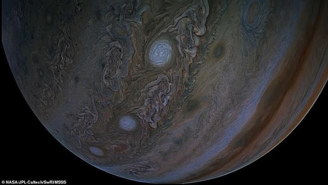 Hình ảnh tuyệt đẹp về mặt trăng lớn nhất Hệ Mặt trời - 7