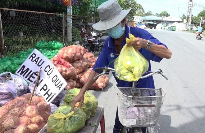 Chủ vựa hoa cảnh mua hàng tấn rau, củ tặng bếp ăn 0 đồng, người nghèo - 1