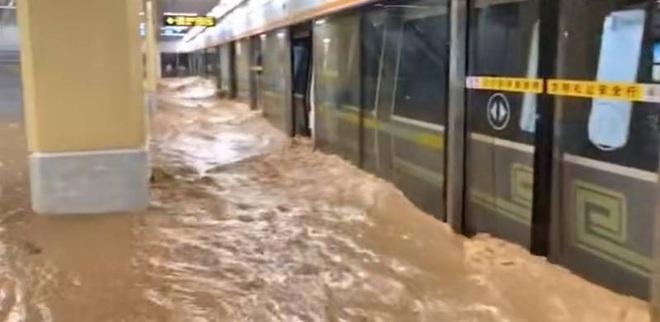 Nước lũ ồ ạt dâng đến cổ hành khách trên tàu điện ngầm Trung Quốc - 3