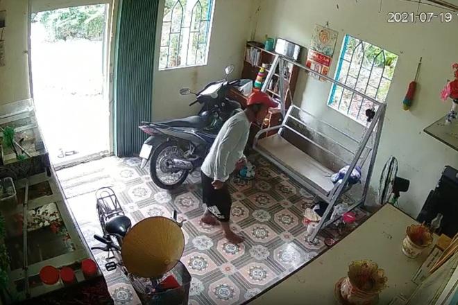 Camera an ninh phản ánh sắc nét hình ảnh trộm cắp của nam thanh niên - 1