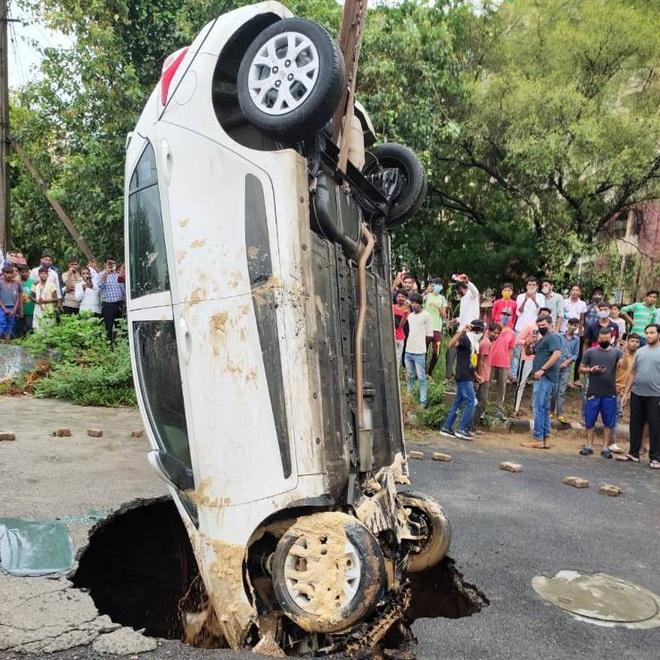 Tài xế bị mắc kẹt khi ô tô bất ngờ sụp hố tử thần trên đường - 2