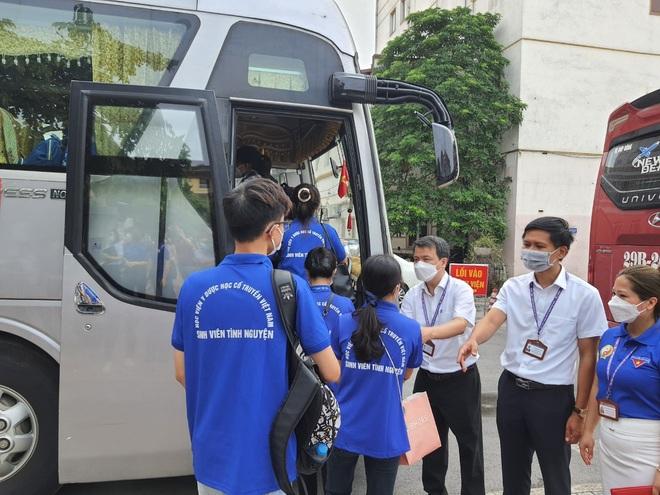 Hơn 200 sinh viên HV Y Dược học cổ truyền VN lên đường hỗ trợ TPHCM  - 3