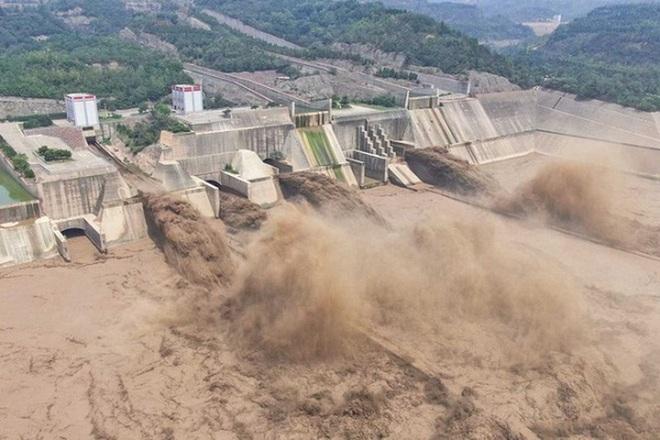 Trung Quốc cho nổ tung đê ngăn nước để chuyển hướng lũ - 1