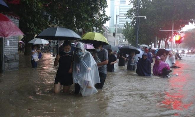 Nhiều thành phố Trung Quốc chìm trong biển nước, 12 người chết vì lũ lụt - 1