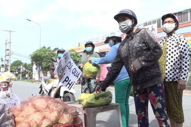 Chủ vựa hoa cảnh mua hàng tấn rau, củ tặng bếp ăn 0 đồng, người nghèo - 4
