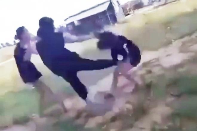 Nữ sinh bị nhiều bạn gái vây đánh hội đồng và lột áo - 1