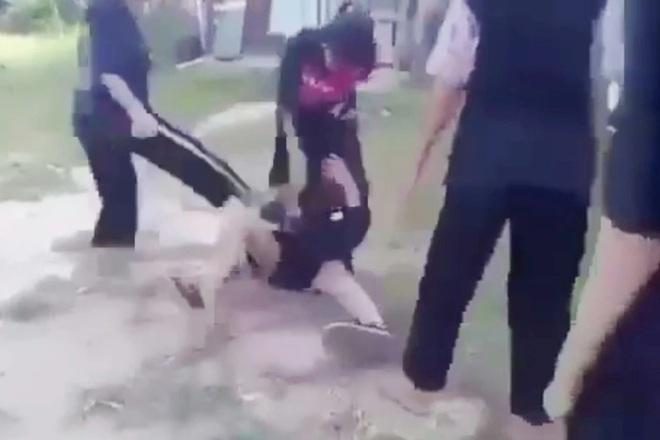 Nữ sinh bị nhiều bạn gái vây đánh hội đồng và lột áo - 3