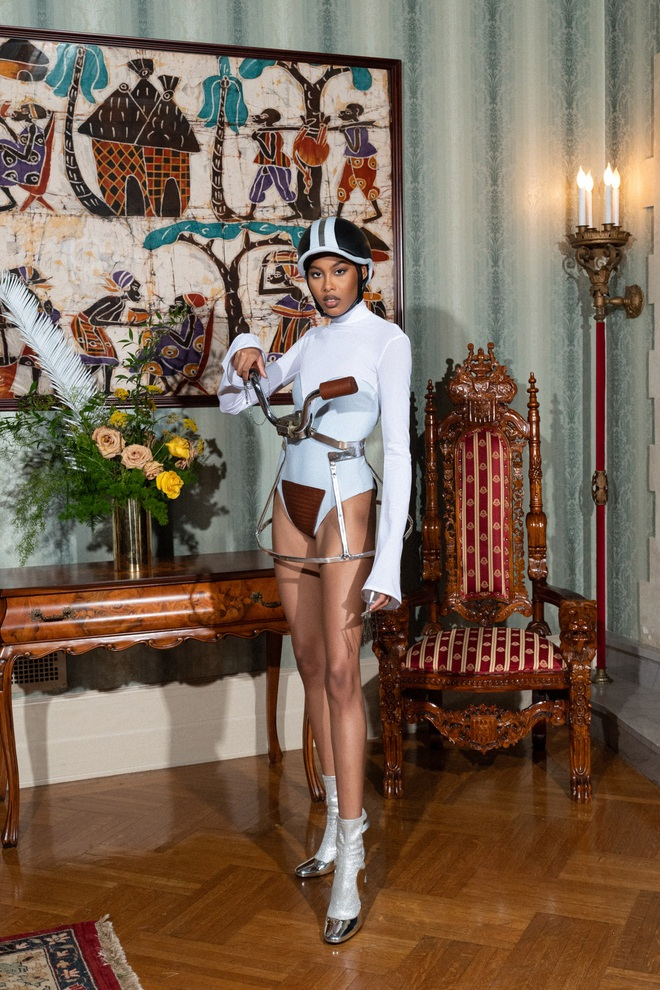 Bộ sưu tập kỳ lạ: Người mẫu mặc tủ lạnh, đèn giao thông, bàn cờ - 16