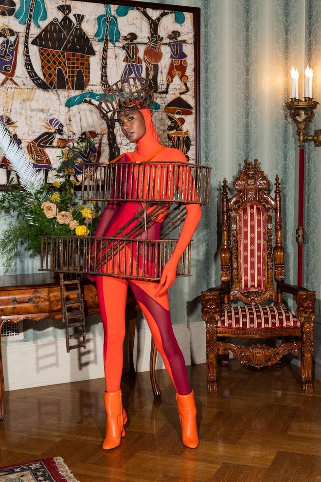 Bộ sưu tập kỳ lạ: Người mẫu mặc tủ lạnh, đèn giao thông, bàn cờ - 18