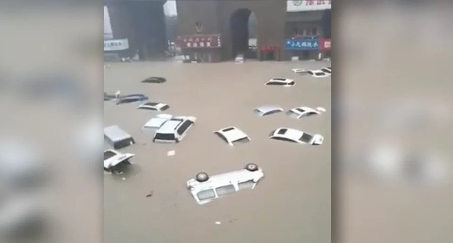 Thót tim cảnh cô gái Trung Quốc suýt bị nước lũ cuốn xuống cống - 2