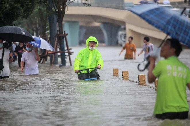 Thót tim cảnh cô gái Trung Quốc suýt bị nước lũ cuốn xuống cống - 3