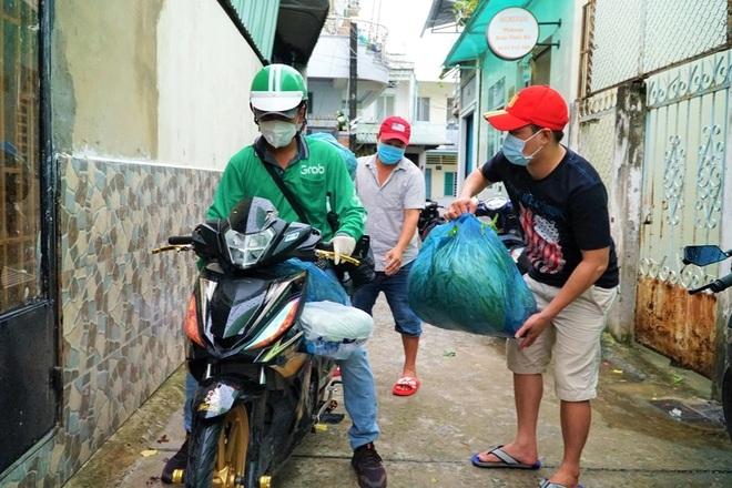Chàng shipper Tây Đô lấy tiền công mua cơm tặng người nghèo trong đại dịch - 3