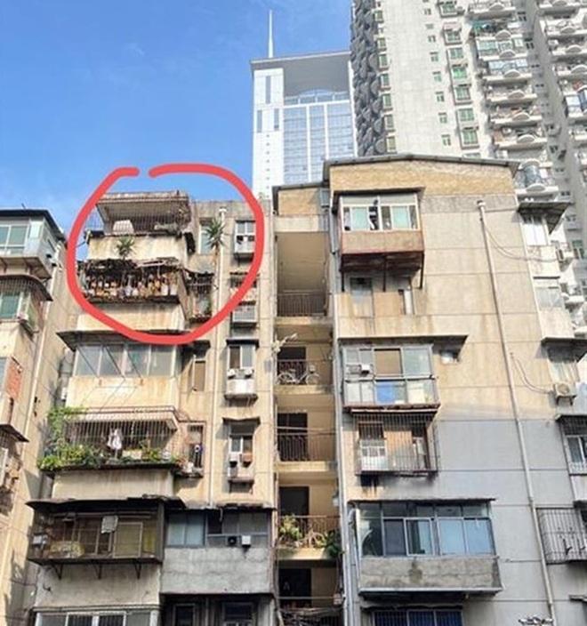 Cư dân hốt hoảng với mối nguy treo trên đầu từ căn hộ bỏ hoang 6 năm - 3