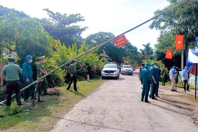 Huyện Kỳ Sơn lập các chốt kiểm tra người ra vào địa bàn (Ảnh: CTV).