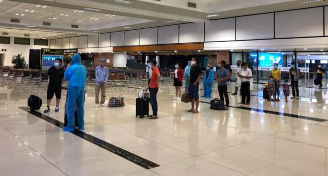 Cách ly ngay 299 người trên chuyến bay TPHCM - Hà Nội duy nhất trong ngày - 2