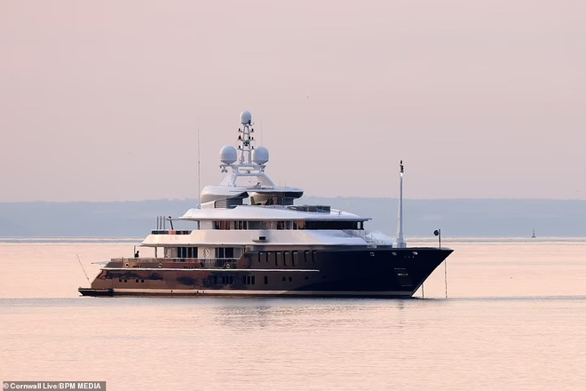 Tom Cruise đi nghỉ hè trên siêu du thuyền 32 triệu bảng Anh - 4