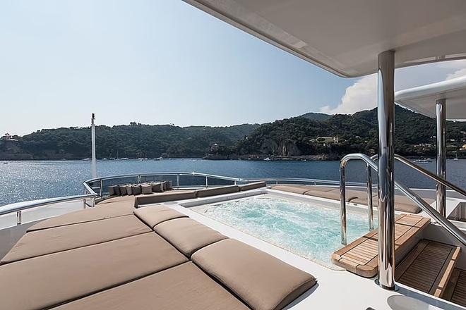 Tom Cruise đi nghỉ hè trên siêu du thuyền 32 triệu bảng Anh - 3