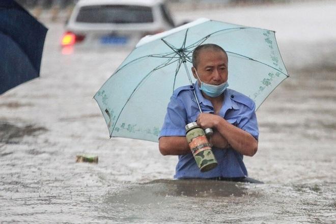 Hàng chục nghìn công nhân lắp ráp iPhone phải nghỉ việc vì lũ lụt lịch sử - 2
